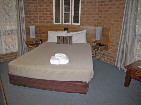 Beechworth Carriage Motor Inn: The Queen-sized bed