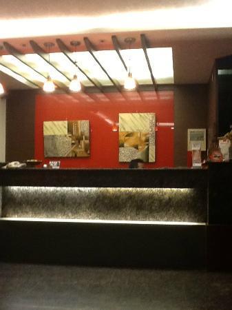 โรงแรมลัคกี้ นิวส์ คลาสสิค: ホテルフロント
