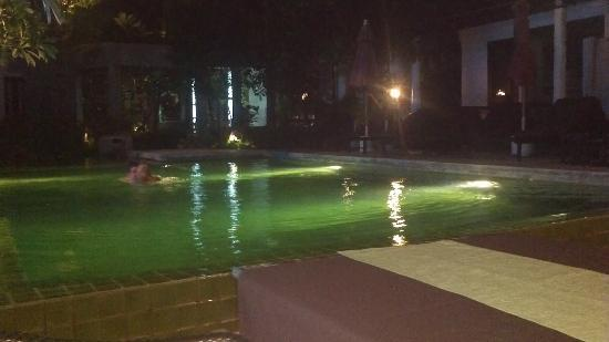 Punnpreeda Beach Resort: Pool at night