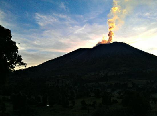 Volcan Turrialba Lodge: morning view , smoking volcano - wake up early for it