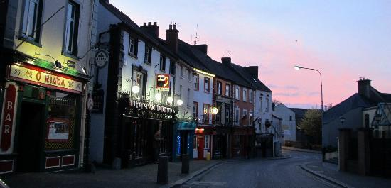 Kilkenny Tourist Hostel: The main street at twilight, JUST outside the hostel on the other side of the road!