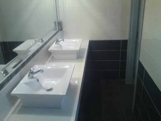 Hotel Macedonia: Poolside Bathroom