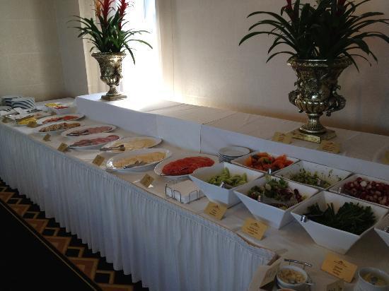 Baltic Beach Hotel & SPA : завтрак - нарезочкой без холодильника не хотите отравиться?