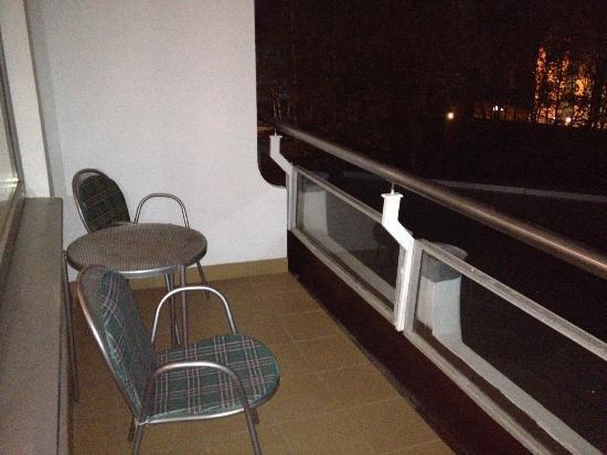 Baltic Beach Hotel & SPA : балкон, вид на море? нет - смотрите на крышу басейна с окурками!