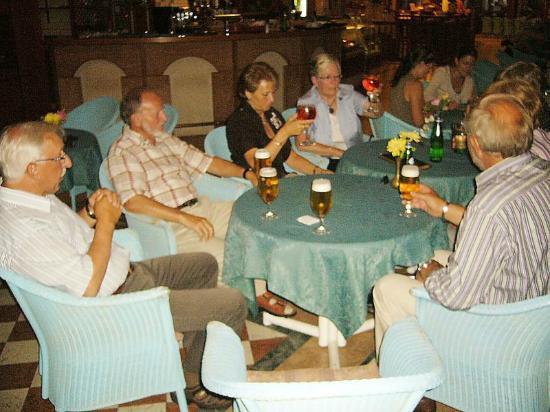 Centro Vacanze La Limonaia: La Limonaia, wir trinken uns Hotel und Speisen schön!