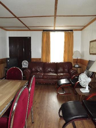 Plank Road Cottages & Marina: Living area in Cottage 8
