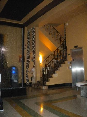 Hotel Chelsea: Hotel lobby stairs