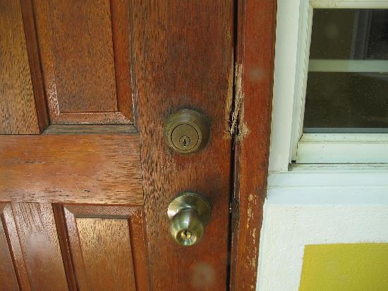 Tropicana Apartments: Bust down door