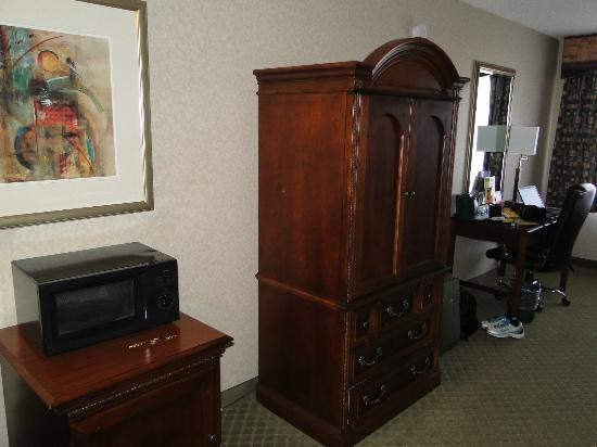 La Quinta Inn & Suites Oakland - Hayward: Room & tv in cabinet