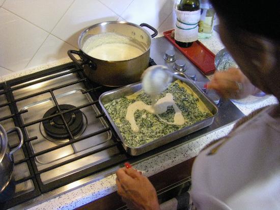 Casa Bellavista B&B: Preparing Lasagna in Simonetta's kitchen