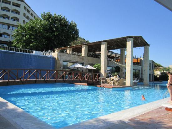 Amathus Elite Suites: Main hotel pool