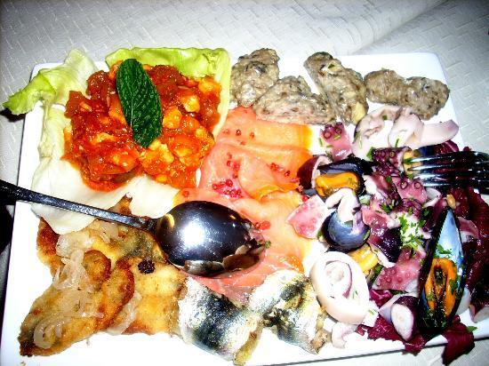 Al Fondaco del Conte: Ottimo antipasto: salmone, insalata di mare, polpette di sarde, caponata di pesce spada!