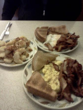 Basell's Restaurant & Tavern: Our breakfast with a half order of home fries