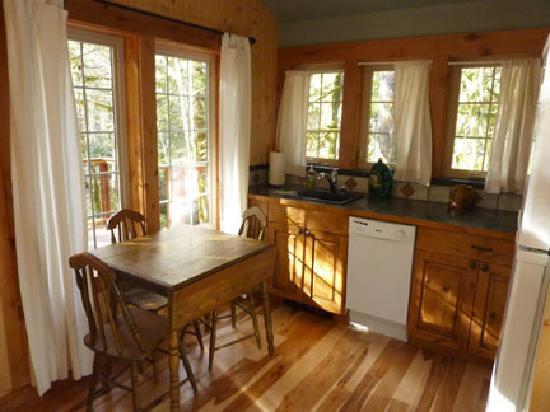 Copper Creek Inn: Muir Cabin - kitchen
