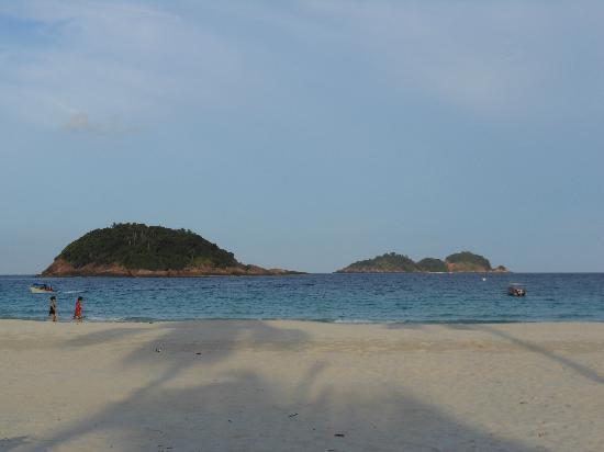 Sari Pacifica Hotel, Resort & Spa - Redang Island: spiaggia di fronte all hotel
