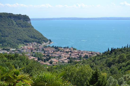 Hotel Madrigale: Udsigt over Garda by og søen