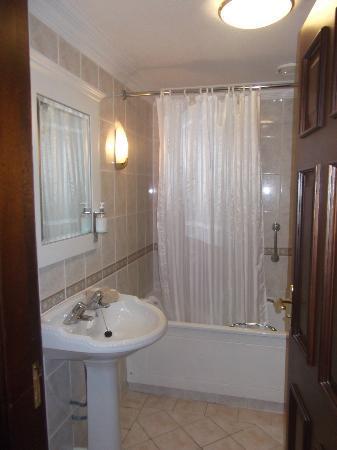 The Oakwood Hotel: Bathroom