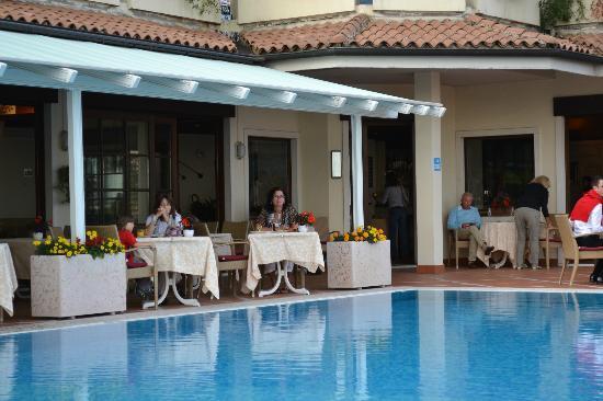 Hotel Madrigale: Du kan spise frokost ved poolen (den ene pool lukkes imens der er servering i restaurant)