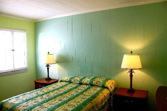 Madison Beach Motel: room with two double beds