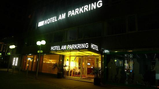Hotel Am Parkring: entrance in the night
