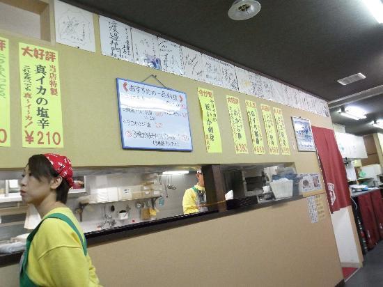 Kikuyo Shokudo Honten: 有名人のサインがいっぱい