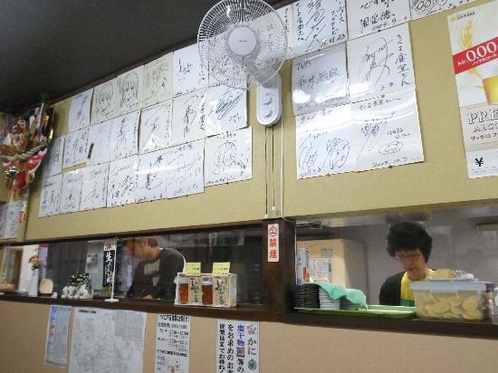 Kikuyo Shokudo Honten: ここにもサインがいっぱい