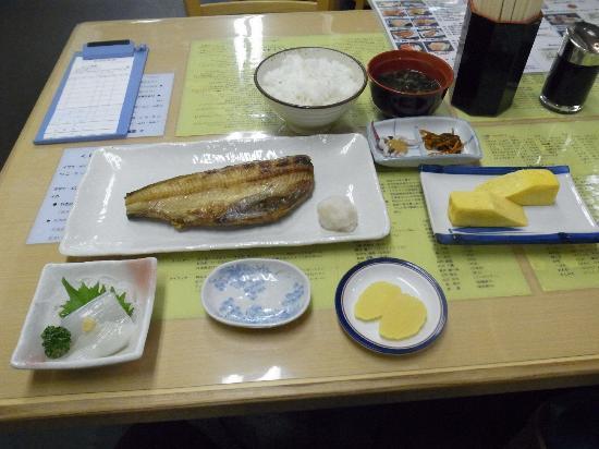 Kikuyo Shokudo Honten: ホッケ定食と追加のイカ刺身(ミニ)厚焼き玉子