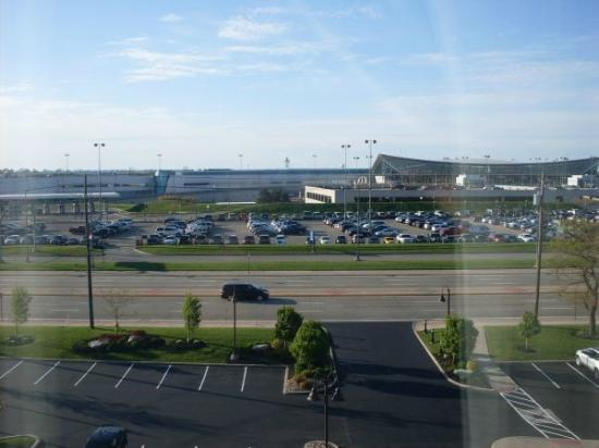 Hilton Garden Inn Buffalo Airport: So close to the airport!