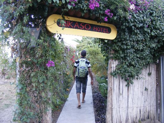 Mikaso Hotel Resto: At the end of the tiny smelly dirty path..the Entrance of the Hotel