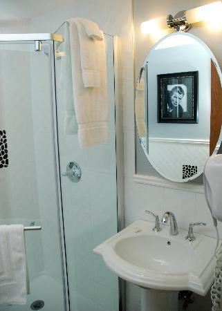 Rosellen Suites At Stanley Park: Penthouse Guest Bath