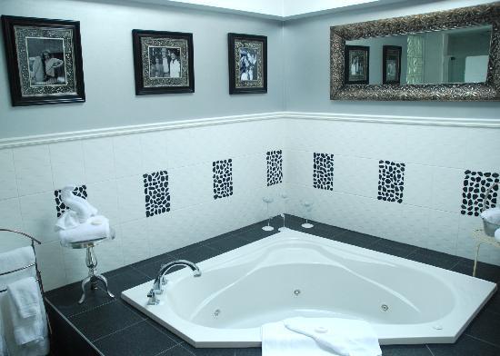 Rosellen Suites At Stanley Park: Penthouse Master Bath