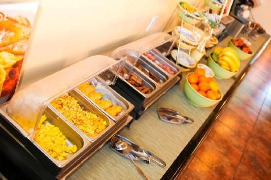 ‪ريد لايون إن آند سويتس توكسون نورث - فووتهيلز: Complimentary Hot Breakfast Buffet‬