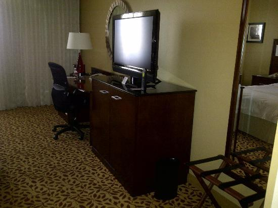 Marriott Kansas City Overland Park: Television and desk area