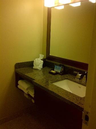 Overland Park Marriott: Bathroom sink