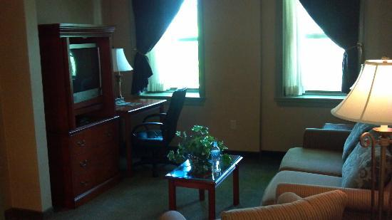 The Governor Dinwiddie Hotel & Suites: Living room area