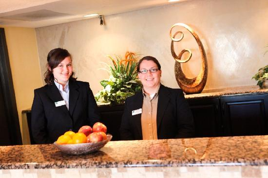 Red Lion Inn & Suites Tucson North Foothills: Friendly Front Desk Staff
