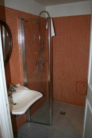 Hotel de Latour Maubourg: Completely tiled bath with great shower