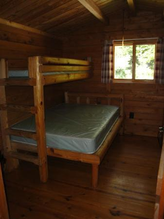 Yogi Bear's Jellystone Park Camp-Resort Luray: Back room adjacent to bathroom inside comfort cabin
