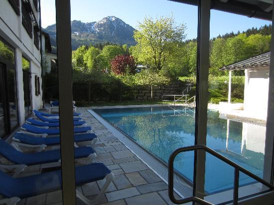 Alm- & Wellnesshotel Alpenhof: Heated outdoor pool - great view!