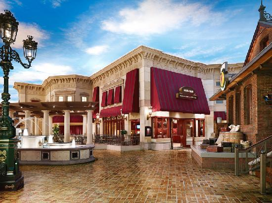 Ameristar Casino Hotel Kansas City: Streetscape