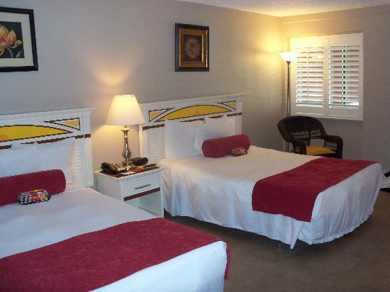 Tahitian Inn Hotel Cafe & Spa: Double beds