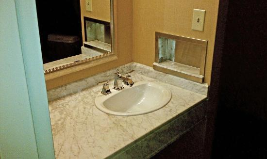 Crowne Plaza Northstar: Sink outside the bathroom