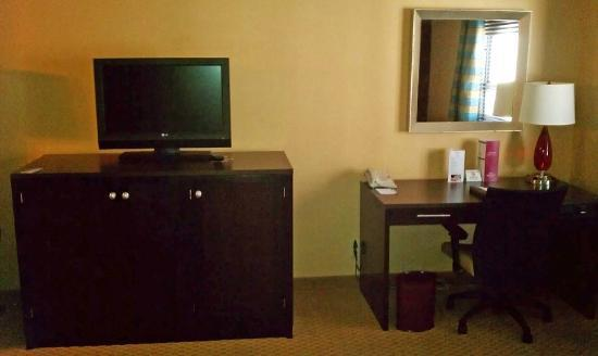 Crowne Plaza Downtown - Northstar: TV and desk