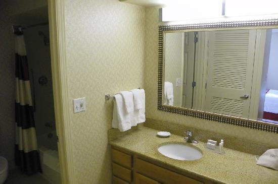 Residence Inn Seattle Bellevue: sink is separate from shower area