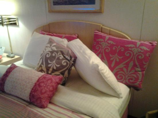 Branson Yellow Rose Inn and Suites: Bed pillows-six in all