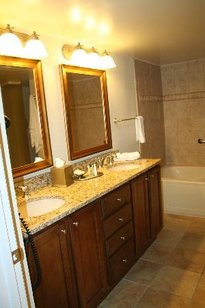 Plantation Beach Club at Indian River: Bathroom vanity in one bedroom