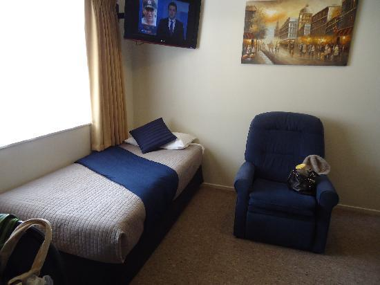 BK's Rotorua Motor Lodge: A single bed at the living room, close to the kitchenette