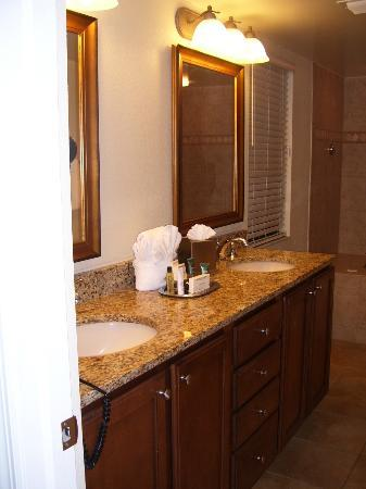 Plantation Beach Club at Indian River: 2nd bedroom bathroom vanity, two bedroom unit