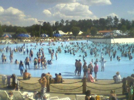 Wet N Wild Emerald Pointe : huge wave pool