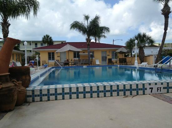 Gulf Tides Inn: Grounds/pool view from our door